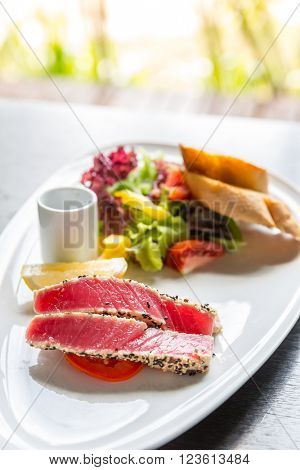 grilled tuna salad with bread