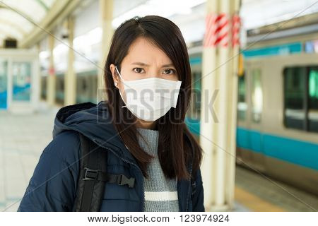 Woman wearing protextive mask