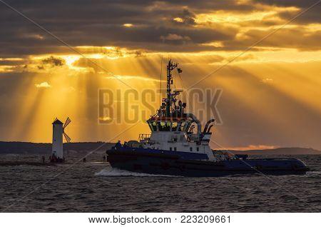 TUGBOAT - The tug boat enters sea port
