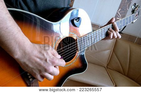 The guitar in the hands of the guitarist demonstration of the correct setting of the hands of the right grasp of the corrector of the correct barrera and the right and finger-style