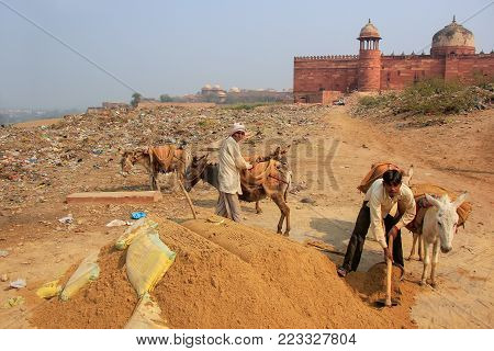 Fatehpur Sikri, India-december 30: Unidentified Men Work Outside Jama Masjid On December 30, 2011 In