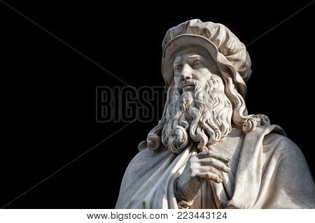 Leonardo Da Vinci statue, by Luigi Pampaloni, 1839. It is located in the Uffizi courtyard, in Florence.