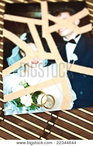 Trauringe auf Hochzeitsfotos