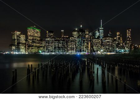 Skyline nocturno de manhattan. Se aprecia el World Trade Center.