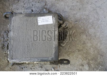 Marking paper on top surface of fresh concrete in cube steel mould