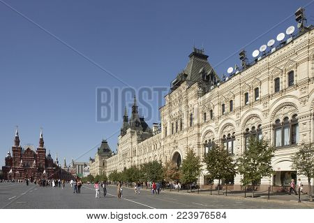 MOSCOW, RUSSIA: GUM DEPARTMENT STORE AND MOSCOW, RUSSIA: STATE HISTORY MUSEUM WITH WEDDING PARTY IN DISTANCE RED SQUARE, 30TH SEOTEMBER 2005, MOSCOW RUSSIA