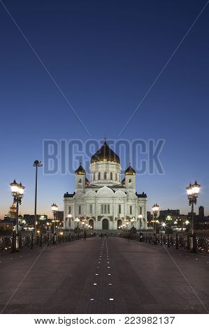 CATHEDRAL OF CHRIST THE SAVIOUR FROM RIVER BRIDGE AT TWILIGHT MOSCOW RUSSIA