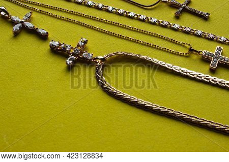 A Lot Of Different Gold Chains In The Shop Window Of The Jewelry Store. Many, Various Golden Chain N