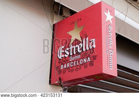 Bordeaux , Aquitaine France - 06 06 2021 : Estrella Damm Barcelona Logo Brand And Text Sign On Wall