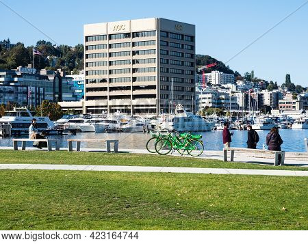 Seattle, Usa - October 4, 2018: Visitors Enjoying A Sunny Day On The Waterfront In Lake Union Park