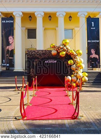 Russia, Sochi 01.05.2021. A Red Carpet With A Stand Adorned With Gold Balloons Is Laid In Front Of T