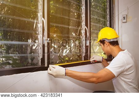 Carpenters Put Safety Equipment In The Workplace : Side View Skilled Carpenters, Home Dcor Workers,