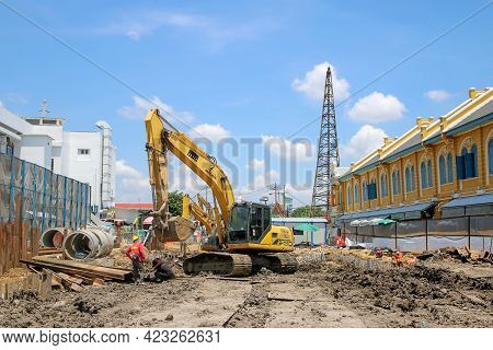 Bangkok, Thailand : May 14, 2021 Excavator Machine And Worker Is Working In Construction Site.