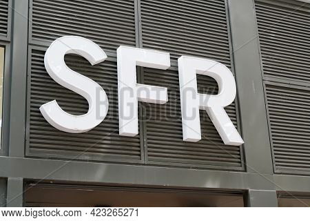 Bordeaux , Aquitaine France - 06 06 2021 : Sfr Logo Sign Brand And Text Front Of French Phone Store