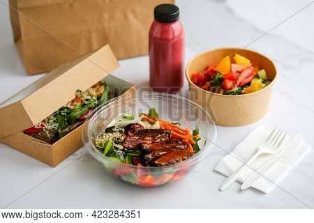 Food In Boxes. Food Delivery In Craft Boxes. Healthy Food Delivery To The Court. Eko Takeaway Food.
