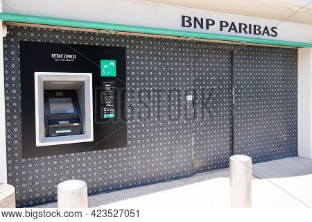 Toulouse , Occitanie France - 06 06 2021 : Bnp Paribas Logo Brand And Text Sign Front Of French Mult