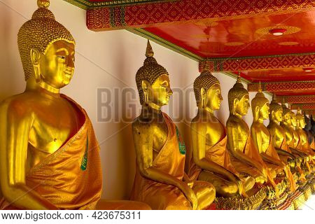 Bangkok, Thailand - December 28, 2018: Sculptures Of A Seated Buddha In One Of The Many Galleries Of
