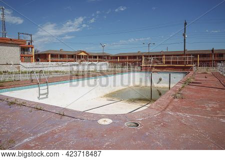 Clinton, Oklahoma - May 6, 2021: Dirty Abandoned Outdoor Swimming Pool At The Glancy Motel Rooms, No