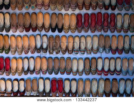 different colors of Indian traditional slippers in market