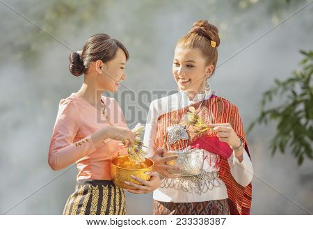 Thai Girls And Laos Girls Splashing Water During Songkran Festival,water Blessing Ceremony Of Adults