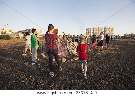 Rishon Le Zion, Israel-may 11, 2017: Elementary School Kids Participating In Festive Lag Baomer Bonf
