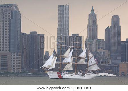 Hoboken, nj, 23. Mai: die Uscgc Eagle (Wix 327) Segel auf dem Hudson River vorbei an Manhattan während der