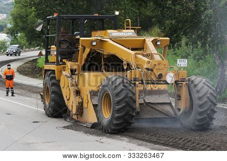 All-wheel Drive Road Reclaimer Caterpillar In Action Roadwork - Asphalt Road Grinding And Milling Ma