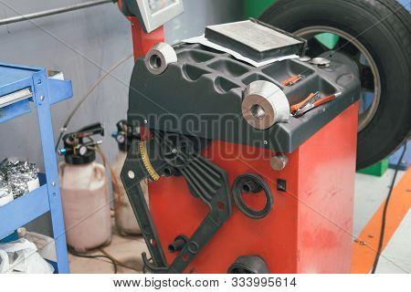 Car Wheel Balancing Machine For Spining Tyre To Balance Weight In Auto Repair Garage