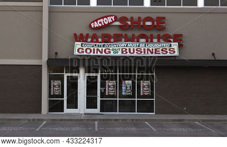 Tyler, Tx - March 17, 2019: Factory Shoe Warehouse With Going Out Of Buisiness Sign. Located On Beck