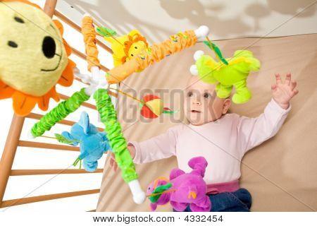 Happy Baby im Bett