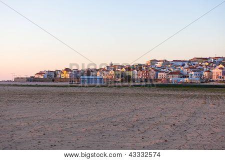 Ocean Beach nedaleko města Buarcos, Portugalsko při západu slunce