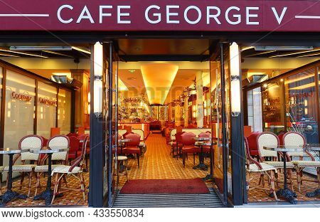 Paris, France-september 19, 2021 : The Traditional French Cafe George V Located On The Famous Avenue