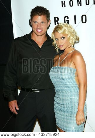 LOS ANGELES - SEP 09: Nick Lachey and Jessica Simpson arrives for the Rodeo Drive Walk Of Style Award on September 09, 2003 in Beverly Hills, CA