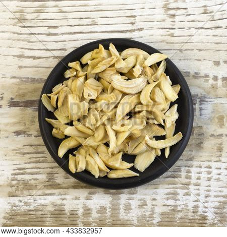 Dried Garlic Flakes On Glass Plate Close Up Flat Lay Photo On White Textured Wooden Background Top V