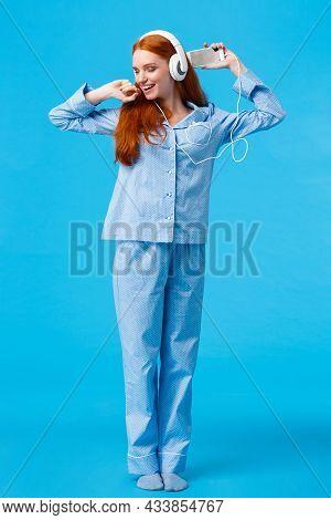 Full-length Vertical Shot Cheerful And Upbeat, Carefree Redhead Teenage Girl Dancing And Enjoying Be