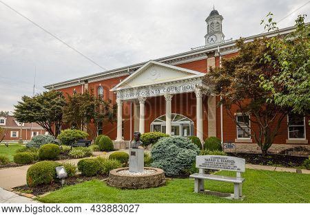 Charleston, Missouri, Usa - August 18, 2021: The Mississippi County Courthouse, With The Warren E. H