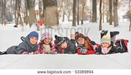 Kinder im Schnee im Winter