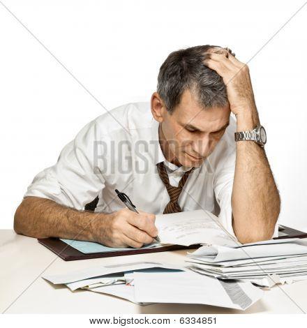Hombre pagar facturas y preocuparse