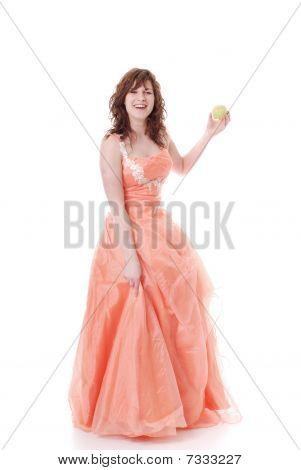 junge lachend Frau im Abendkleid mit appel
