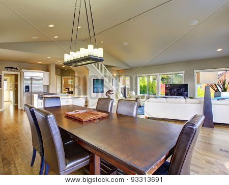 Beautiful Bright Dinning Room.