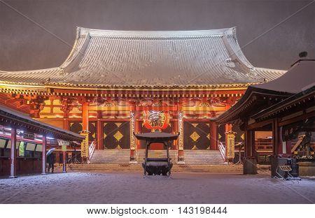 Tokyo sensoji asakusa temple in heavy snow falling day