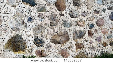 The pattern on the wall of large stones and decorative gravel