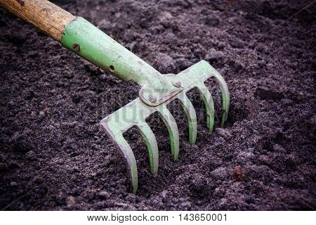 Tillage rake for planting crops in garden