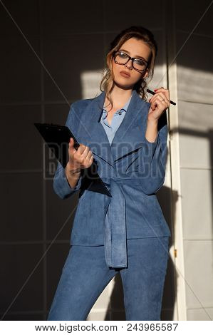 Business Woman In Business Attire In The Negotiations 1