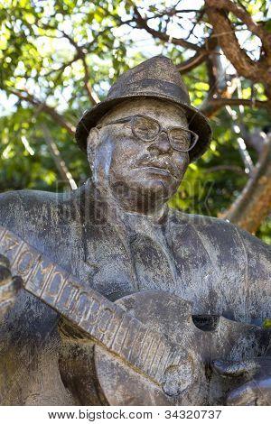 Cuatro Player Statue Yomo Toro