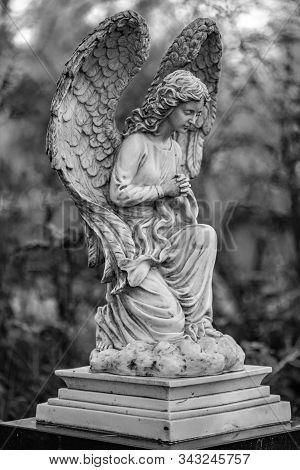 Friedhof Tegeler Fliess, Berlin, Germany - December 5, 2018: Statue Of An Angel On A Graveyard On A