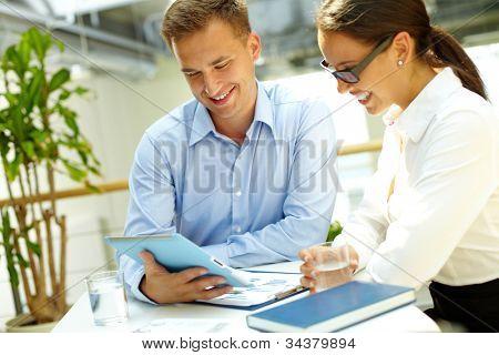 Immagine di un team di aziende felici godendo i risultati del loro lavoro
