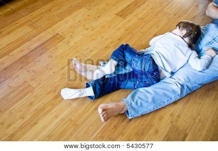Mädchen schlafend auf Bambus-Parkett