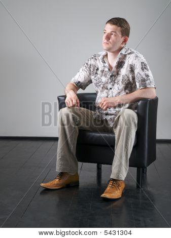 Mann In schwarz Sessel