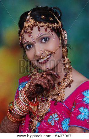 Schöne indische Braut mit ihren Schmuck